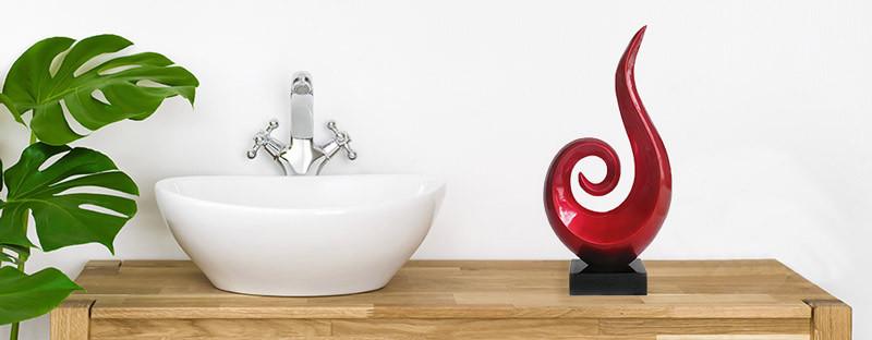 Foto zeigt eine rote Skulptur im Bad