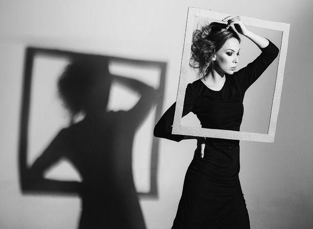 Foto zeigt eine Frau im Bilderrahmen